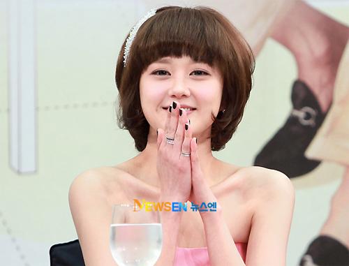 Trong 'Baby Faced Beauty', Jang Nara vào vai một phụ nữ phải nói dối tuổi để được nhận vào làm thiết kế trong một công ty may. Bộ phim đánh dấu sự trở lại của người đẹp trên màn ảnh nhỏ xứ Hàn sau 6 năm vắng bóng. Với nội dung hài hước, nhẹ nhàng, phim được kỳ vọng sẽ mang lại những tiếng cười cho khán giả.