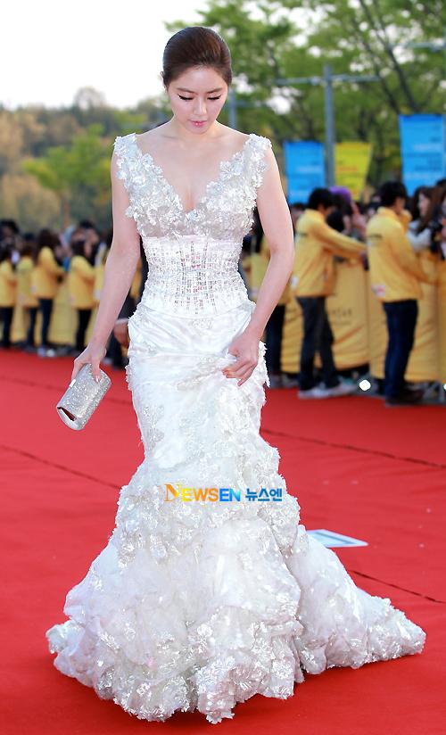 Tuy nhiên, phần đuôi váy rất rườm rà khiến Hong Soo Ah di chuyển khó khăn trên thảm đỏ, cô liên tục phải cúi xuống nhấc váy.