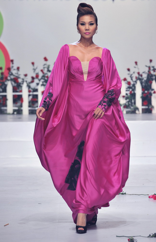 Người đẹp cũng rất lộng lẫy khi diện váy hồng tím.