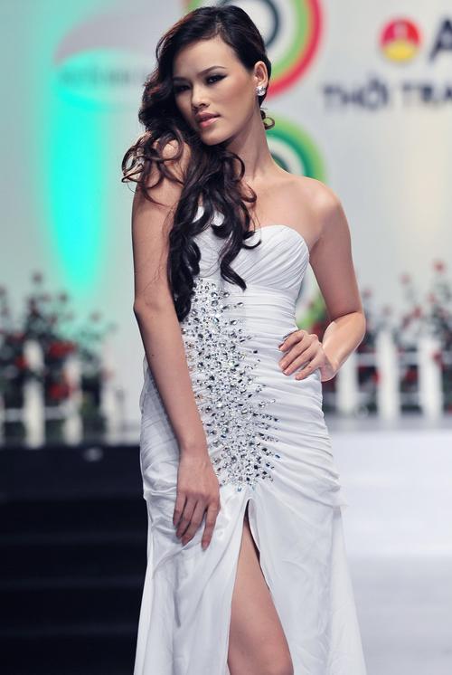 Tuyết Lan cũng góp mặt bên cạnh các đàn chị. Á quân của Vietnam's Next Top Model đang chờ kết quả cuộc thi 'Tìm kiếm người mẫu châu Á