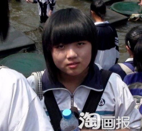 Cô gái ăn mặc giản dị khi đi chơi với bạn bè.