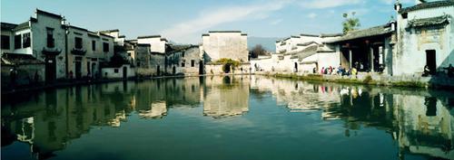 Toàn cảnh ngôi làng cổ ven sông.