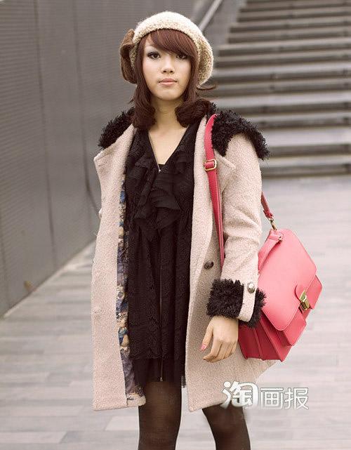 Cô gái trong trang phục quyến rũ.