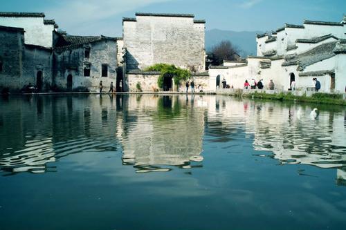 Những ngôi nhà soi bóng xuống hồ trông đẹp như một bức tranh thủy mặc.