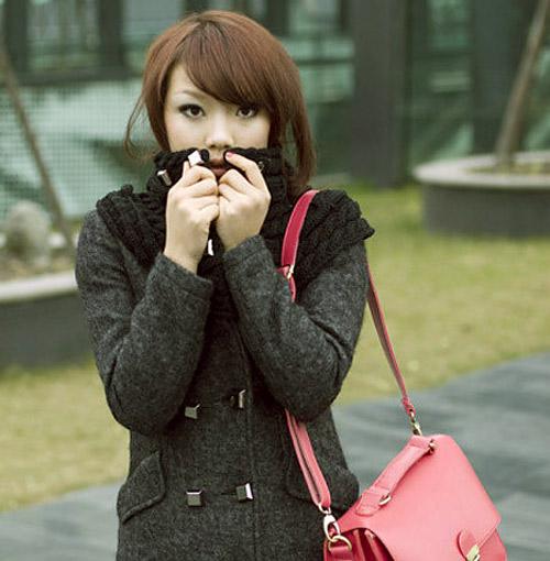 Đôi mắt cô gái to tròn hơn nhờ công nghệ trang điểm.