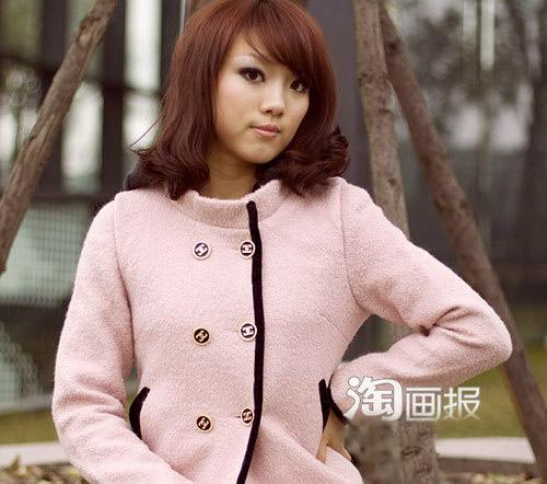 Cô gái tươi tắn trong chiếc áo hồng nhạt.