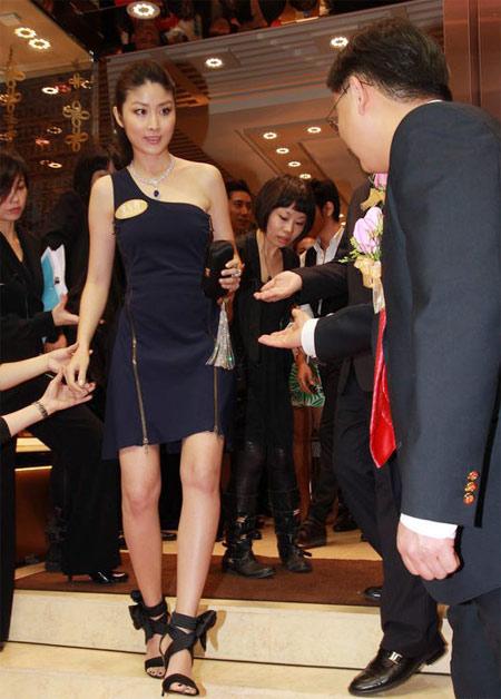 Trong buổi quảng bá, Tuệ Lâm đi lại chưa thật tự tin trên đôi giày cao gót