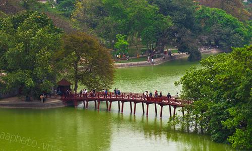 Hồ Gươm và quảng trường Đông Kinh Nghĩa Thục, chụp từ City View cafe.