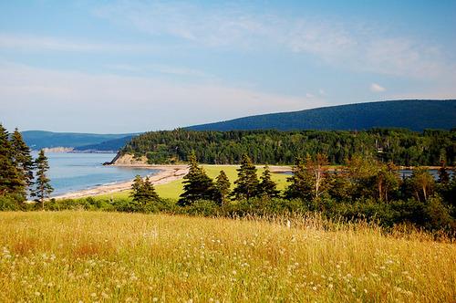 Đường mòn Cabot là cung đường thách thức thú vị đối với những người ưa mạo hiểm vì con đường này uốn lượn quanh đảo Cape Breton và nhìn thẳng ra biển.