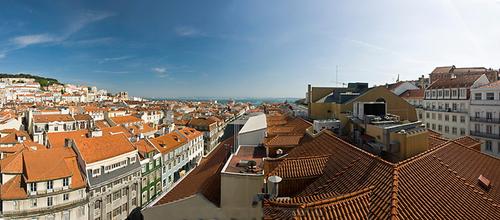 Từ năm 1260, Lisbon trở thành thủ đô của Bồ Đào Nha. Năm 1755, toàn bộ thành phố hầu như bị chôn vùi vì trận động đất lịch sử, sau đó, trung tâm Lisbon được xây dựng lại theo kiểu bàn cờ với những ngôi nhà nhỏ xinh xắn.