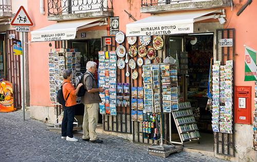 Thành phố nằm trên những ngọn đồi, núi thấp ven biển nên hầu hết đường phố ở đây đều dốc lên hoặc dốc xuống.