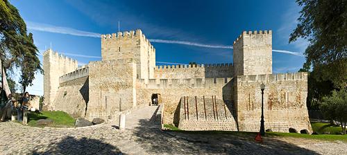 Lâu đài Sao Jorge nằm trên một vách núi trông ra biển.