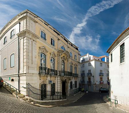 Một góc phố ở Alfama. Kiến trúc đặc trưng ở khu phố cổ là sự kết hợp giữa hai trường phái La Mã và A Rập, cũng là hai nền văn hoá có ảnh hưởng nhất ở Lisbon trong quá khứ.
