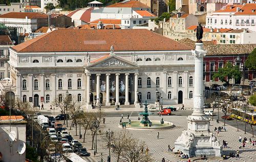 Nhà hát quốc gia Dona Maria II nằm trong khu Rossio, một trong những quảng trường đẹp nhất Lisbon.