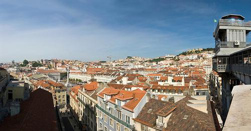 Thành phố với những ngôi nhà thấp, nhỏ nằm sát bên nhau.