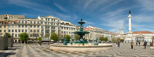 Quảng trường Rossio là nơi bạn không thể bỏ qua khi tới Lisbon.