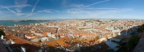 Thành phố nhìn từ trên cao, xa xa là biển xanh bao quanh.