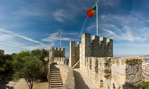 Tường thành bao quanh lâu đài, cũng là nơi để du khách ngắm cảnh.