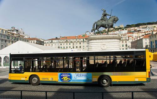 Những chiếc xe buýt màu vàng là phương tiện di chuyển đặc trưng tại Lisbon.