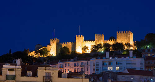 Lâu đài Sao Jorge khi đêm xuống.