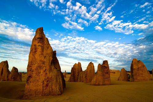 Sa mạc Pinnacles là nơi có những tảng đá đỏ cao lớn, đứng sừng sững từ nhiều thế kỷ nay. Các nhà khoa học cũng chưa thể giải thích được sự hình thành của những tảng đá này, nhưng chúng đã tạo nên một quần thể đá độc đáo trên sa mạc.