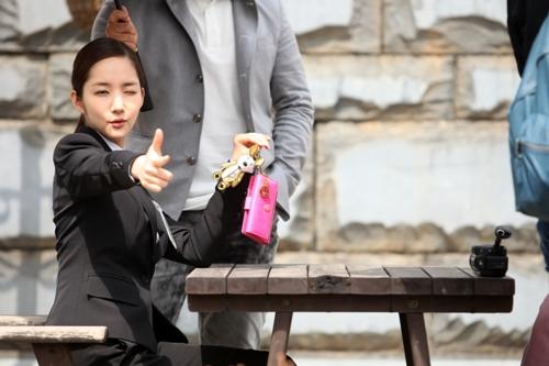 Những hình ảnh rất đáng yêu của cô cận vệ Nana được hé lộ với khán giả.
