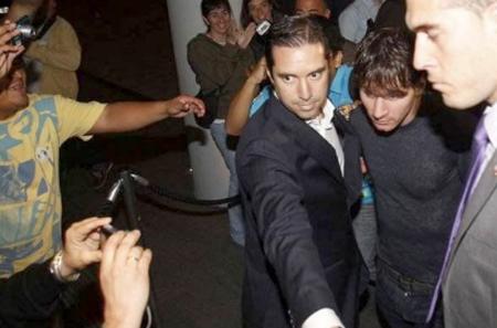 Messi đến dự tiệc một mình.