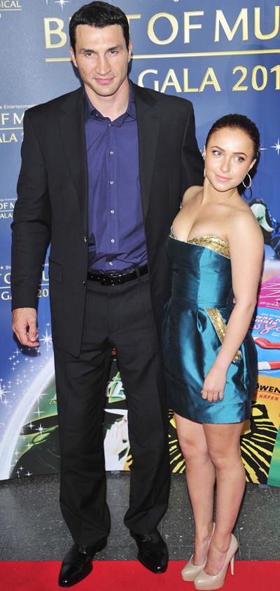 Võ sĩ Klitschko như tòa tháp khi đứng bên cạnh cô bạn gái xinh đẹp,