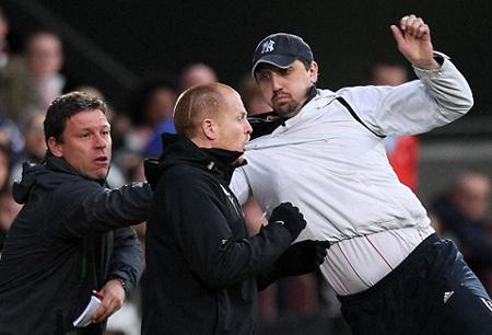 CĐV xông vào sân định đấm HLV Lennon bị cấm đến sân xem bóng đá cả đời. Ảnh: PA.