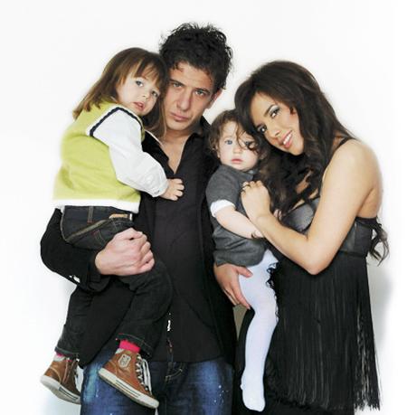 Vợ chồng cầu thủ Dino Drpic và hai con. Ảnh: Dela.