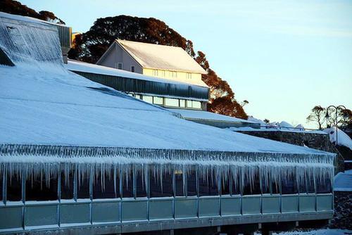 Những giọt tuyết đã đọng thành băng trên mái nhà ở khu du lịch Perisher Valley, bang New South Wales. Nhiệt độ bình thường ở đây vào khoảng -4 độc C.