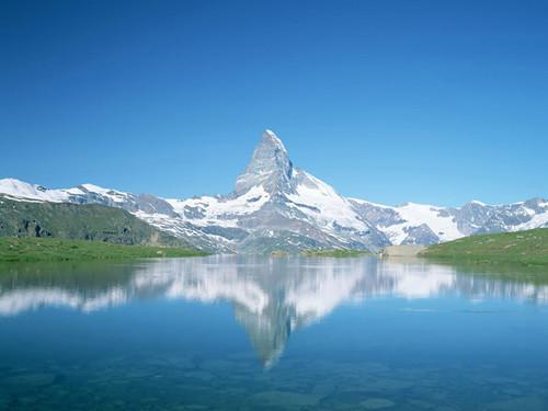Ngọn núi Matterhorn in bóng xuống mặt hồ.
