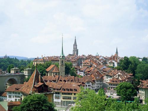 Nhà thờ chính tòa và những ngôi nhà xinh xắn ở thủ đô Bern cổ kính.