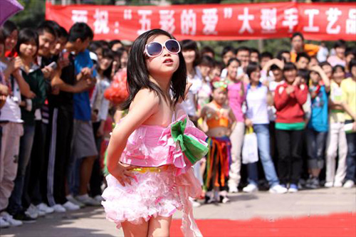 Bộ quần áo của bé gái được làm bằng giấy.
