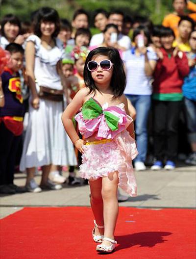 Cô bé tự tin bước đi trên thảm đỏ.