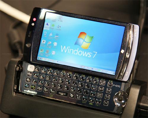Máy trang bị màn hình 4 inch, tích hợp bàn phím QWERTY. Ảnh: Engadget.