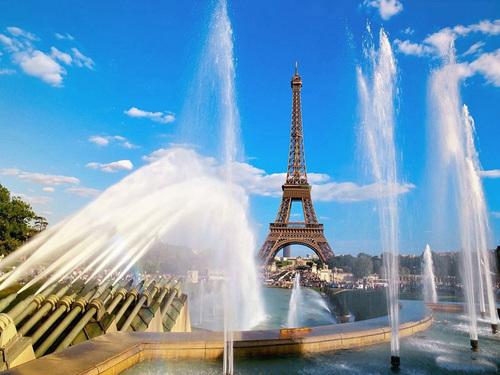 Paris được biết đến là kinh đô thời trang của thế giới, cũng là một trong những thành phố đẹp nhất thế giới vì kiến trúc cổ kính. Đây là thành phố lớn thứ 2 ở châu Âu. Hàng năm, Paris đón khoảng 45 triệu lượt khách thăm quan, 60% trong số đó là khách nước ngoài.