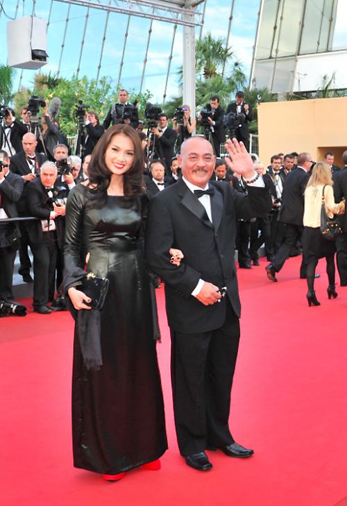 Anh Thư lại chọn trang phục áo dài đen đỏ mang phong cách quý phái khi sải bước trên thảm đỏ.