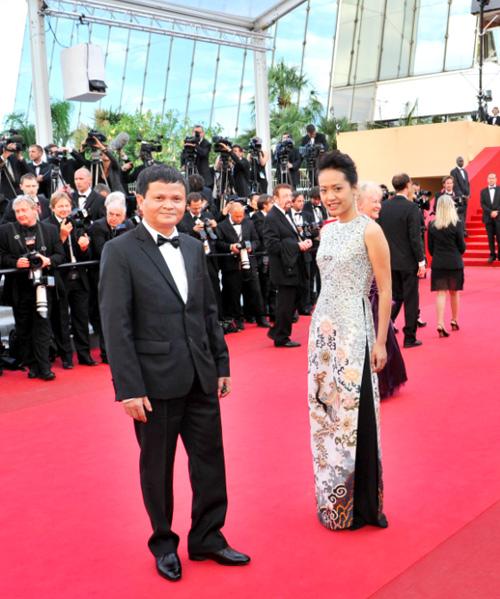 Hồng Ánh cũng trẻ trung với áo dài cách điệu, thêu nhiều chi tiết