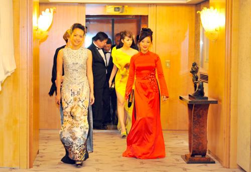Hình ảnh hậu trường của các người đẹp trước khi xuất hiện tại thảm đỏ.
