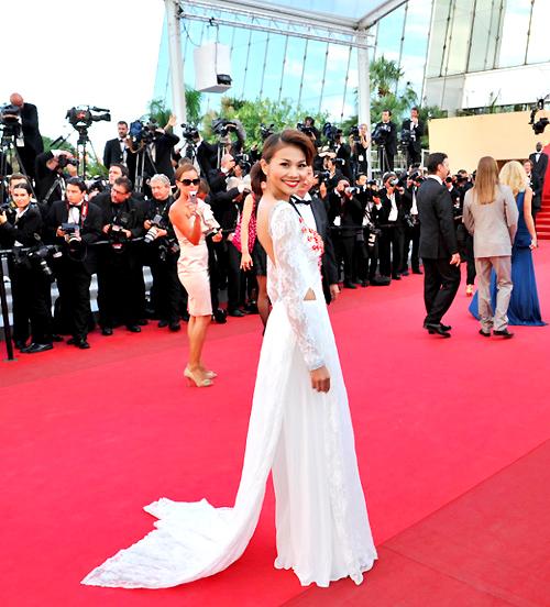 Thanh Hằng đã chuẩn bị khá kỹ cho phần xuất hiện của mình trên thảm đỏ Cannes. Tuy mang theo nhiều váy dạ hội lộng lẫy, nhưng cô vẫn quyết định chọn trang phục áo dài cho lần đầu tiên ra mắt.