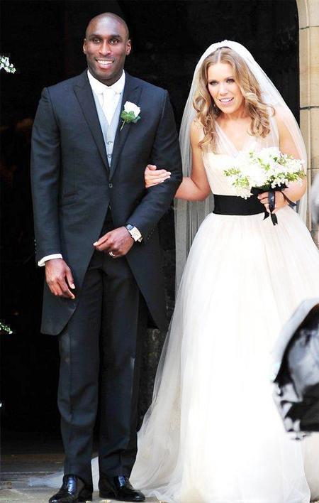 Cựu tuyển thủ Anh và người đẹp Fiona Barratt trong ngày cưới tháng 7 năm ngoái.