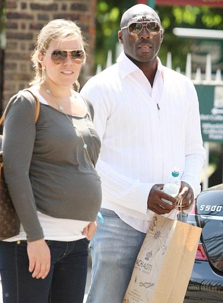 Sol Campbell và cô vợ đang mang bầu tại Hội chợ hoa Chelsea.