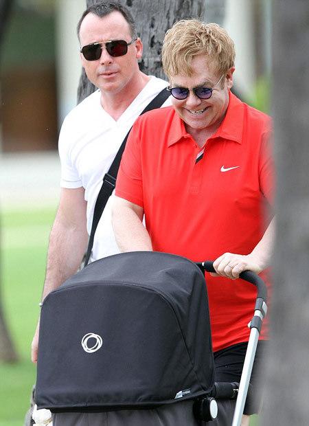 Elton John bên con trai nhỏ bé.