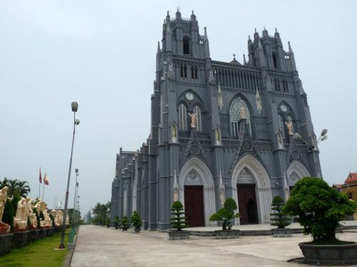 Nhà thờ Phú Nhai nằm ở xã Xuân Phương, huyện Xuân Trường. Nhà thờ gốcđược xây dựng từ năm 1886 có phong cách kiến trúc Gothic mang đậm dấu ấn Tây Ban Nha, sau đó năm 1993, nhà thờ Phú Nhau được xây lại theo phong cách Gothic Pháp. Công trình có kích thước chiều dài 80m, rộng 27m và chiều cao 30m. Bạn có thể thoải mái vào trong nhà thờ để tham quan, ngắm cảnh.