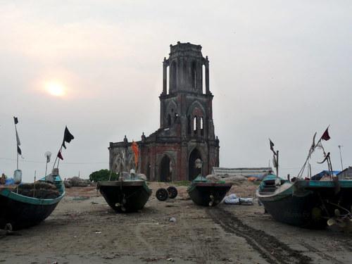 Nhà thờ đổ nằm trên bãi biển xã Hải Lý, thuộc giáo phận Xương Điền, huyện Hải Hậu.