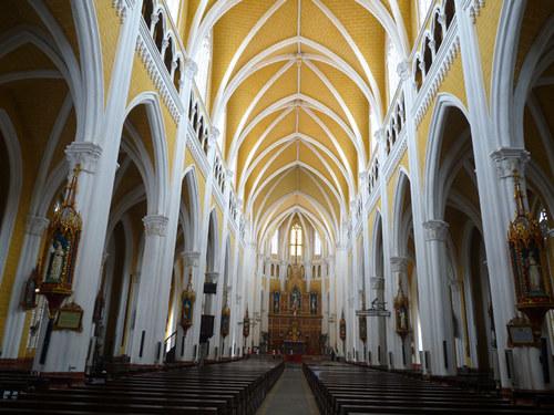 Bên trong nhà thờ Phú Nhai.