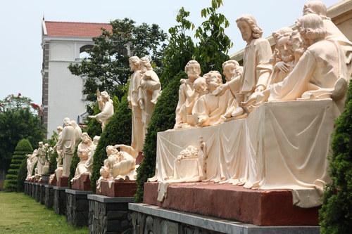 Ngoài khuôn viên nhà thờ Phú Nhai còn có nhiều bức tượng lớn mô phỏng lại các điển tích tôn giáo.