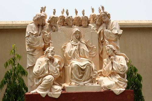 Một trong các bức tượng trong sân nhà thờ Phú Nhai.