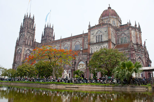Đền thánh Kiên Lao nằm ở xã Xuân Tiến, huyện Xuân Trường, thuộc giáo phận Bùi Chu.